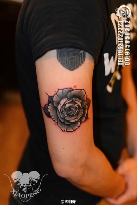 手臂唯美好看的玫瑰花纹身图案