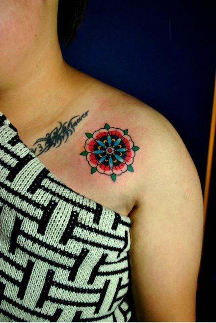女生肩膀处小花卉纹身图案图片