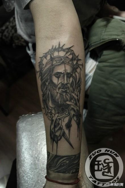 手臂一款黑白耶稣肖像纹身图案图片
