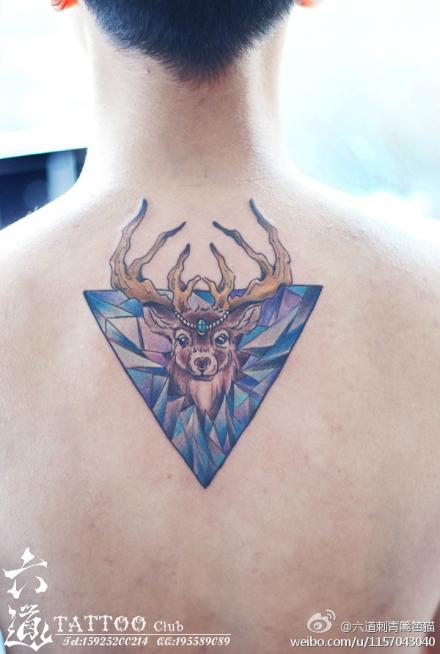 男生背部翅膀纹身图案