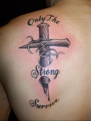 分享一款潮流个性的肩胛骨十字架纹身图案
