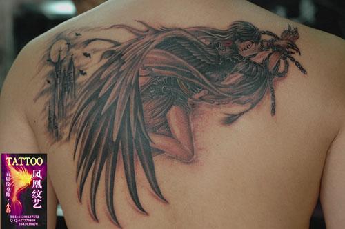 后背一款时尚潮流的天使纹身图案