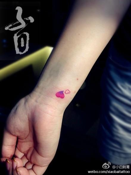 女生手腕小巧时尚的爱心纹身图案