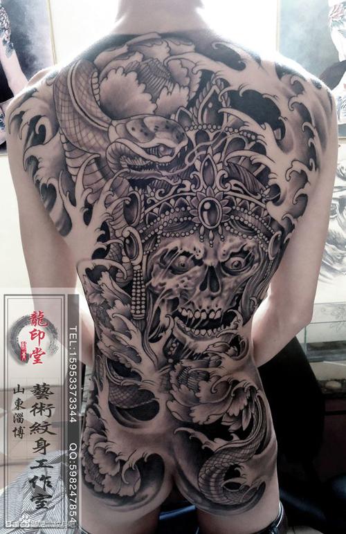 男人后背超酷的满背骷髅与蛇纹身图案