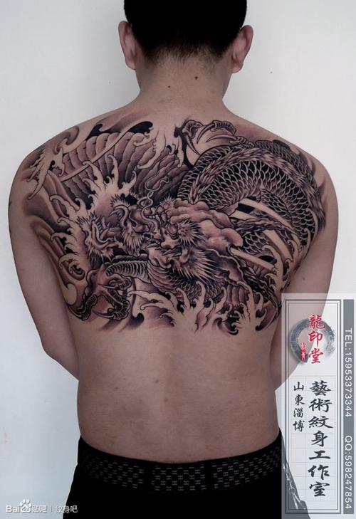 男人后背帅气经典的半背龙纹身图案
