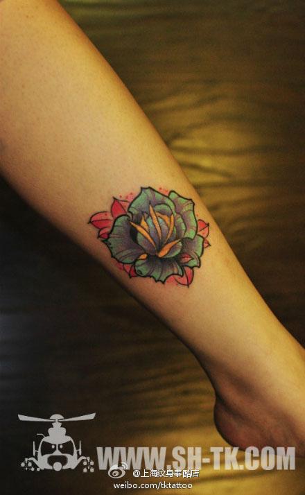 胸口彩色猫咪玫瑰花纹身图案