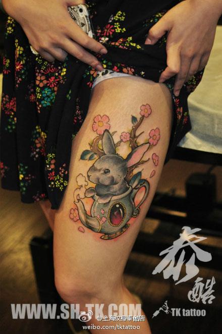 女生腿部潮流可爱的兔子纹身图案