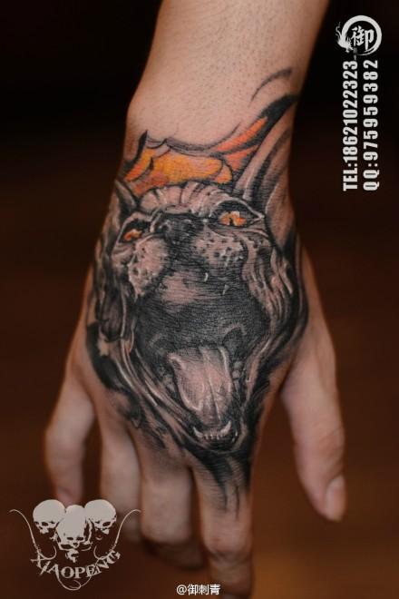 手背时尚很酷的一款猫头纹身图案