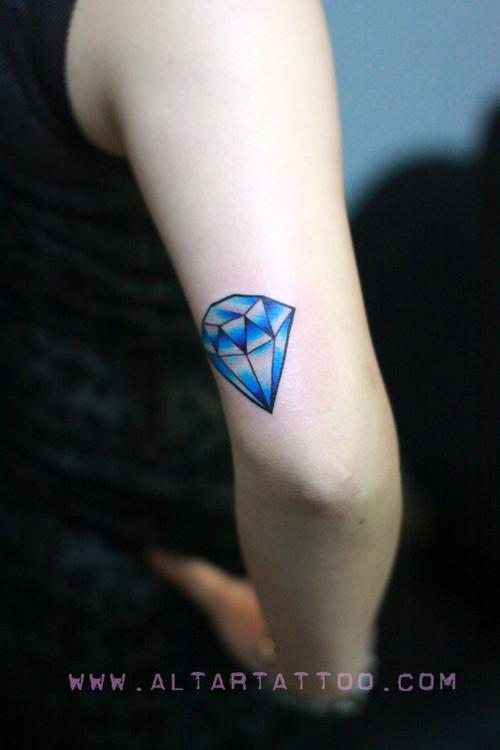 女生手臂小巧潮流的钻石纹身图案