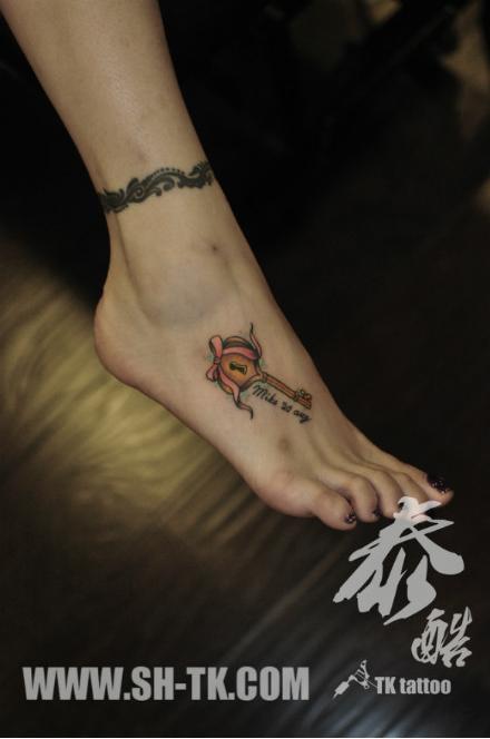 女生脚背小巧精美的钥匙纹身图案图片