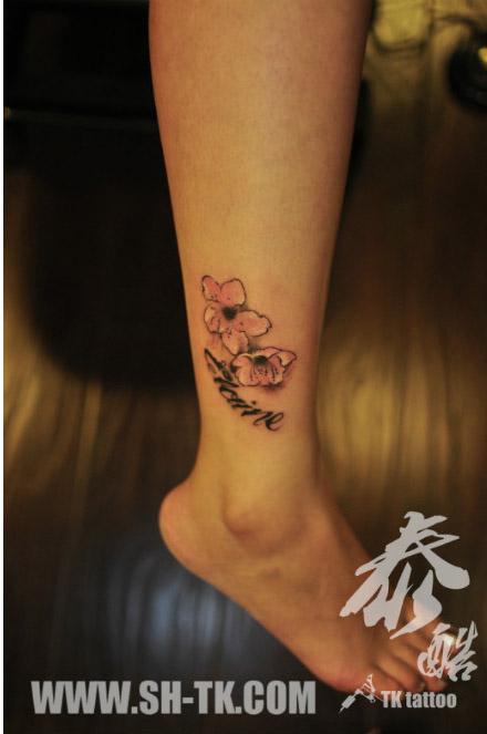 女生腿部小巧时尚的花卉纹身图案