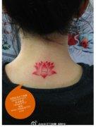 女生后脖子小巧时尚的小莲花纹身图案
