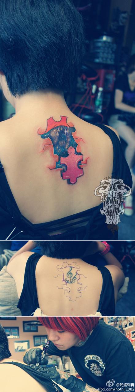 女生后背精美时尚的星空纹身图案图片