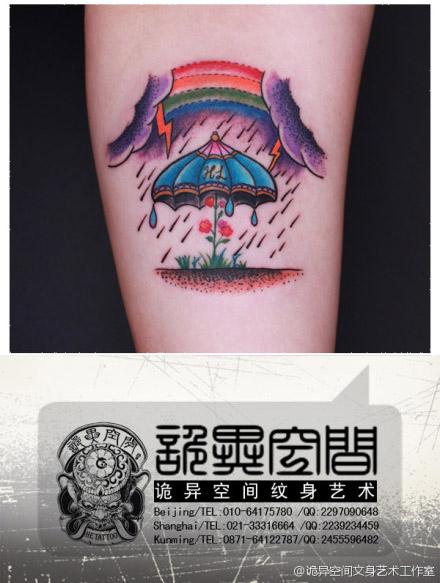 一款乌云闪电雨伞彩虹纹身图案