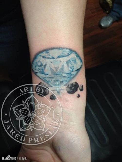 女生手腕精美时尚的钻石纹身图案