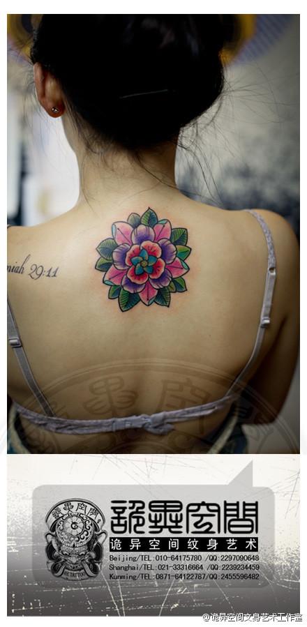女生后背时尚漂亮的花卉纹身图案