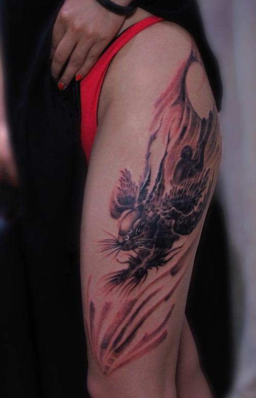 女生腿部一款经典的四翼兔纹身图案图片