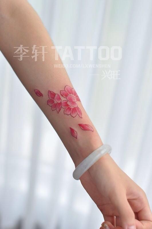 推荐一款唯美时尚的花瓣纹身图案