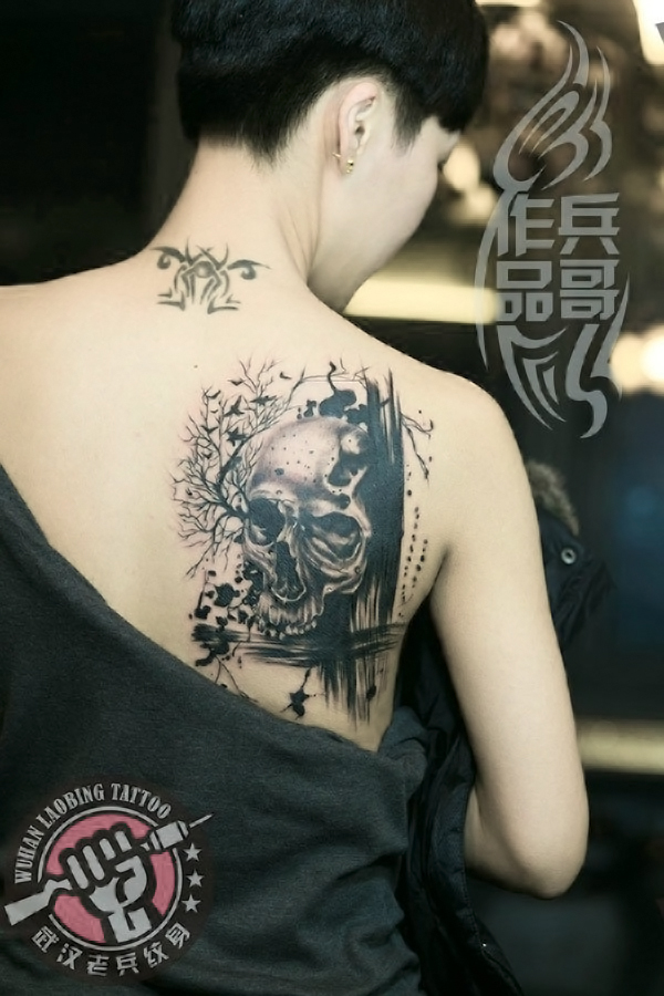 武汉最好纹身店为美女打造的后背骷髅纹身作品图片