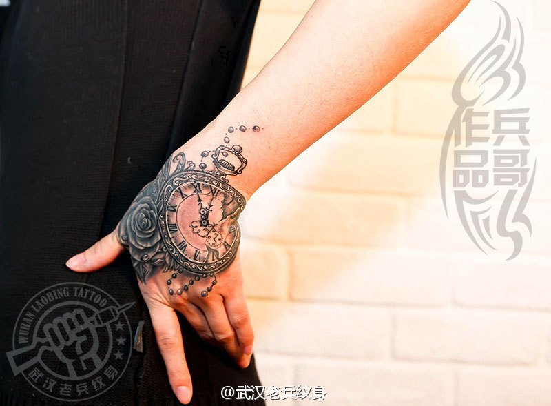 武汉最好纹身店打造的手背遮盖--时钟玫瑰纹身作品图片