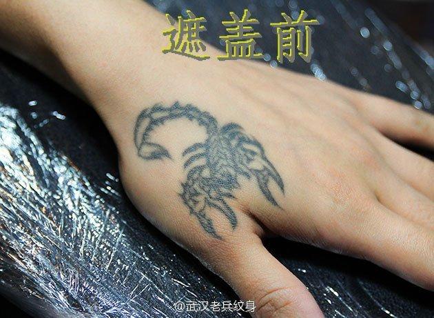 武汉最好纹身店打造的手背遮盖--时钟玫瑰纹身作品