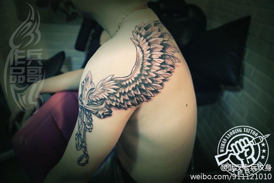 武汉最好纹身店打造的十字架翅膀纹身作品