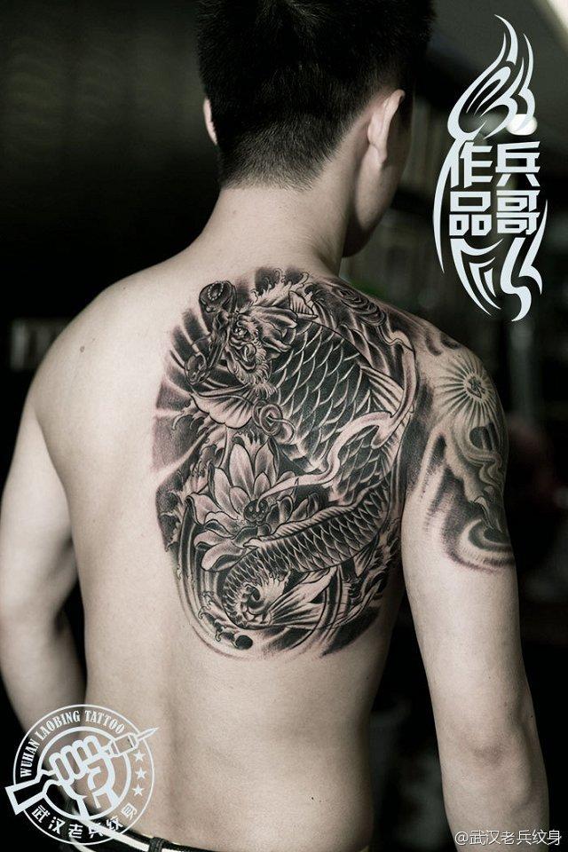 武汉最好纹身店打造的后背鳌鱼纹身作品高清图片