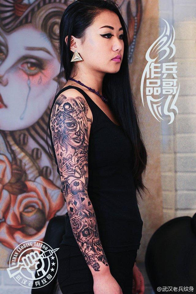 武汉专业纹身店为美女打造的时尚花臂纹身作品