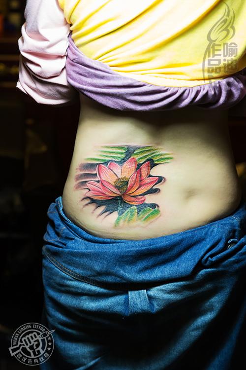 武汉最好纹身店打造的遮盖旧图-后腰莲花纹身作品