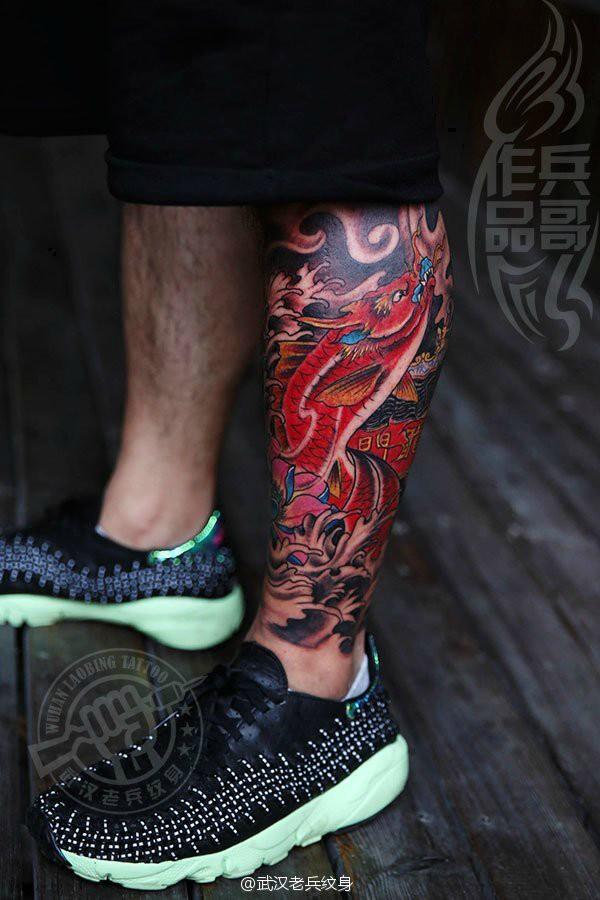 武汉最好纹身店打造的腿部鲤鱼跃龙门纹身作品图片