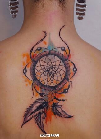 女性背部彩色捕梦网纹身图案由武汉最好的纹身店提供