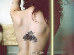 武汉纹身馆推荐一款女性背部上帝之眼纹身图案