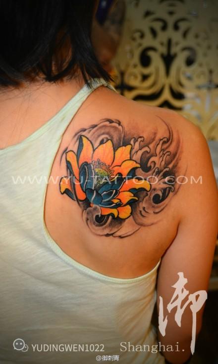 女性背部彩色莲花纹身图片