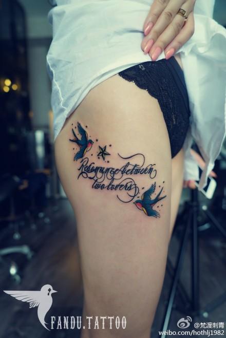 女性腿部燕子字母纹身图案