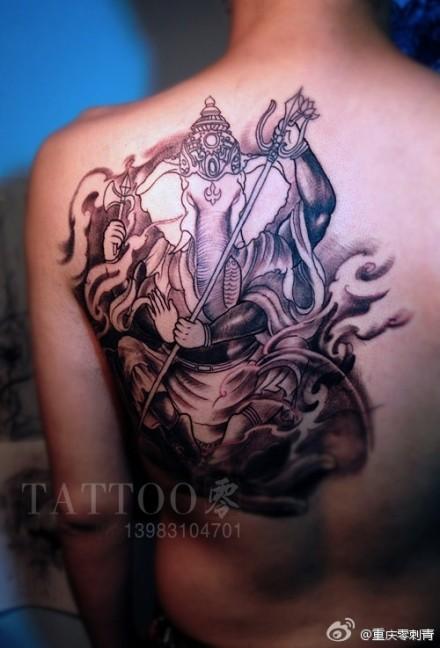 武汉纹身店推荐一款背部宗教象神纹身图案