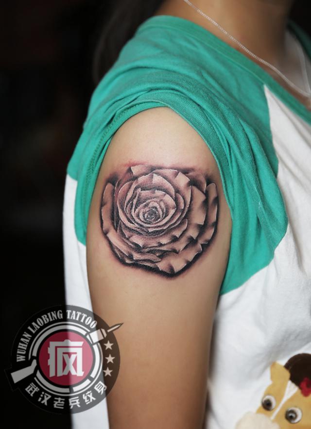 武汉最好纹身店打造的大臂玫瑰纹身作品