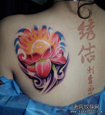 美女肩背彩色莲花纹身图案