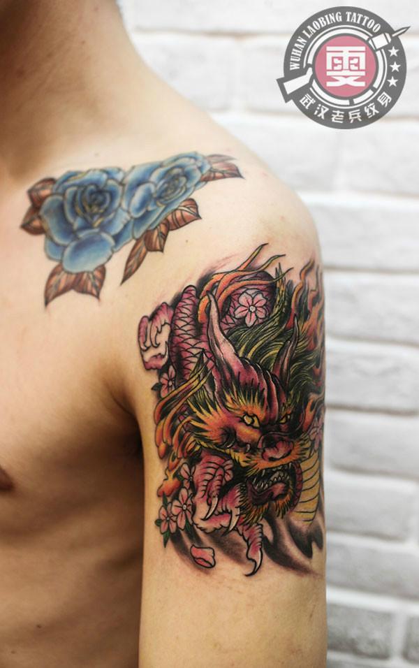 一款时尚的大臂龙纹身作品