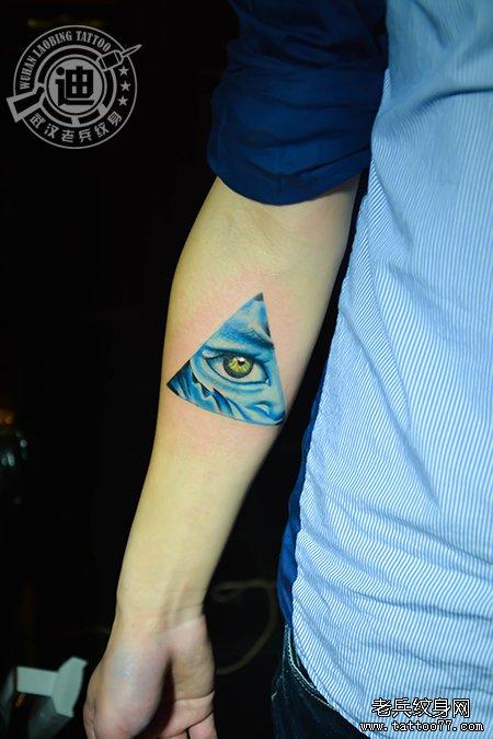 颈部田螺纹身图案作品         手臂五角星眼睛