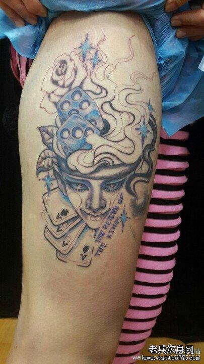 一款手臂彩色小丑纹身图案