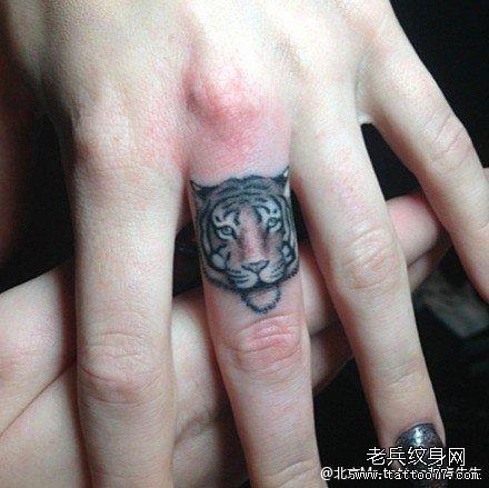 手指迷你可爱小老虎纹身图案
