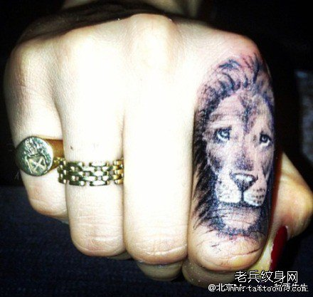 手指点刺霸气狮子纹身图案