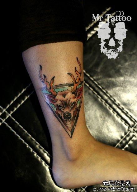 腿部彩色三角形鹿头纹身图案