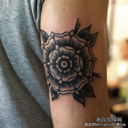 胳膊点刺盛开美丽花朵纹身图案