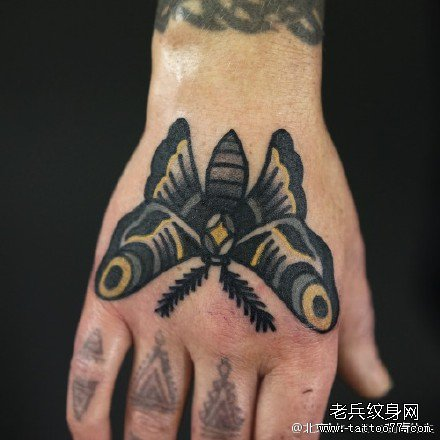 手臂点刺简单蝴蝶纹身图案