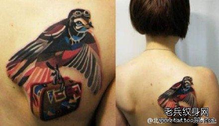 肩头彩色美丽杜鹃鸟纹身图案