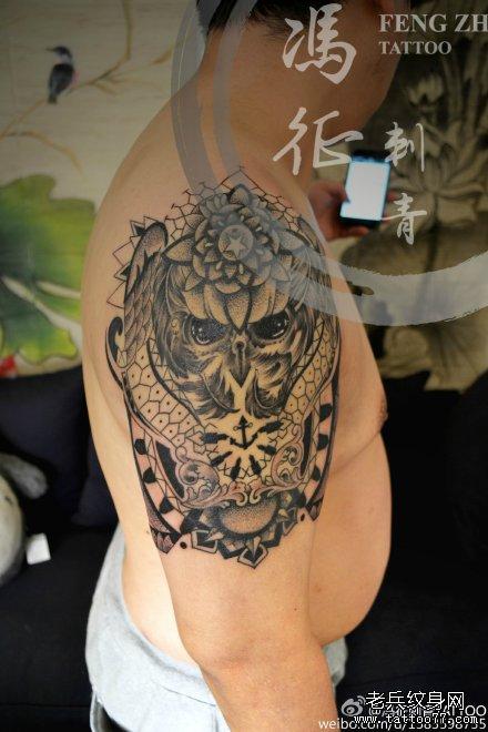 胳膊点刺黑白猫头鹰纹身图案