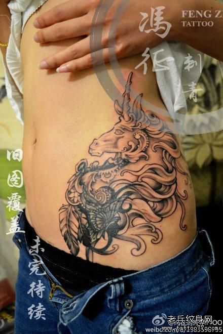 黑白点刺桀骜独角兽纹身图案