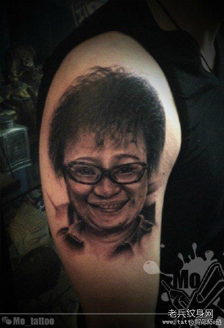 胳膊点刺孝敬母亲肖像纹身图案