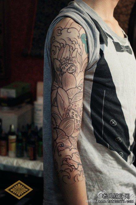 莲花海浪手臂纹身图案